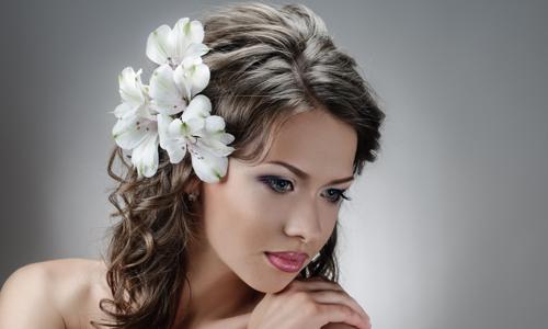 Прическа на выпускной с цветами