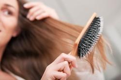 Расчесывание с использованием абрикосового масла для волос