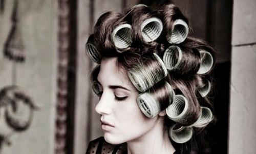 Волосы, накрученные на бигуди липучки