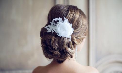 Свадебная прическа в виде низкого пучка