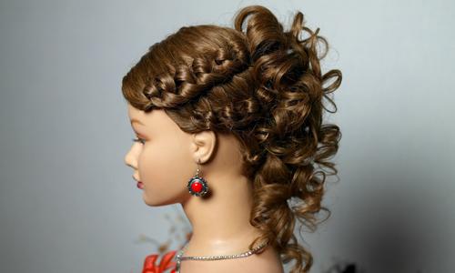 Прическа с плетением и локонами на средние и длинные волосы