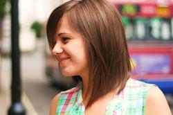 Стрижка на волосы средней длины с длинной челкой и градуировкой