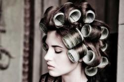Объем волос с помощью бигудей