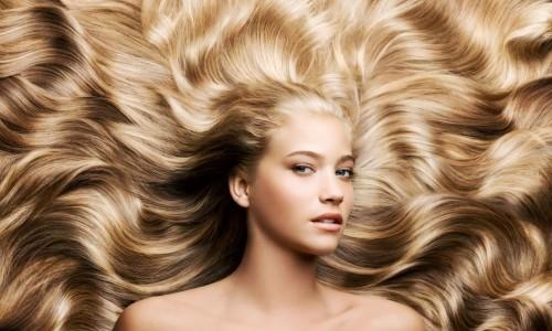 Девушка с длинными и шелковистыми волосами