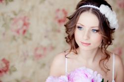 Свадебная прическа для круглого лица на волосы средней длины