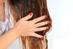 Нанесение персикового масла на волосы