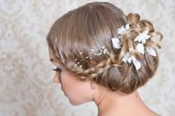 Свадебная прическа с применением заколок в виде цветков