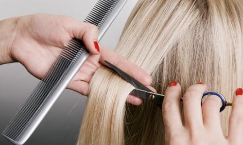 Процесс стрижки волос